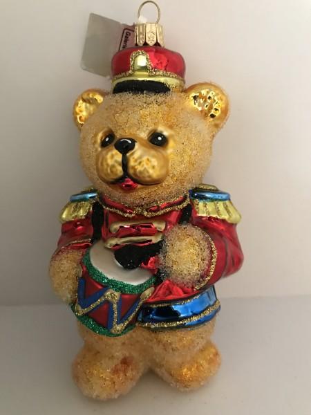 Teddybär in Uniform spielt Trommel