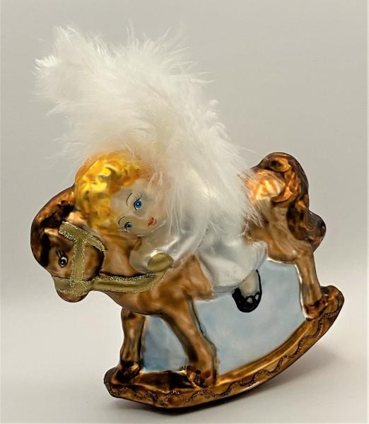 Kleiner Engel auf Schaukel-Pferd