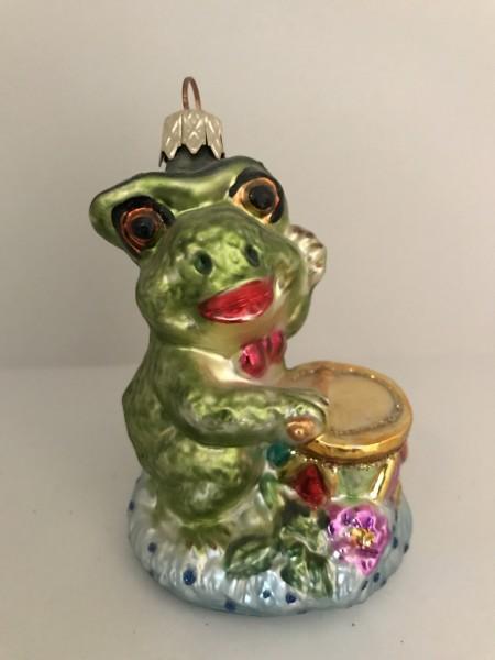 Fröhlicher Frosch spielt Trommel