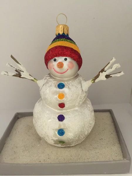 Schneemann mit farbiger Mütze