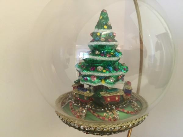 Christbaum mit Weihnachtszug unter dem Baum