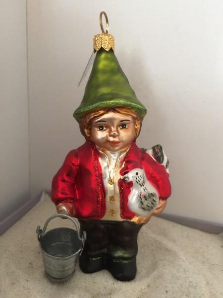 Zwerg in roter Jacke mit Huhn unter dem Arm und Kessli