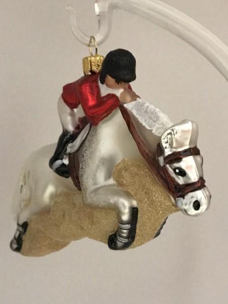 Springreiter auf weißem Pferd