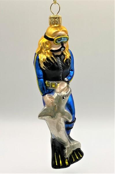 Taucherin im blauen Anzug mit Delfin