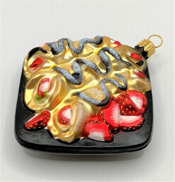 Braune Platte mit Erdbeer-Crepe