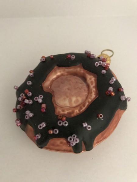 Schokoladen-Donut mit Streuseln