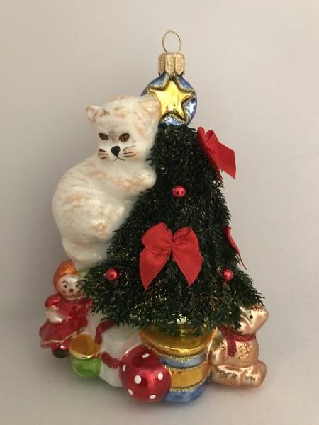 Die Katze erobert den Christbaum