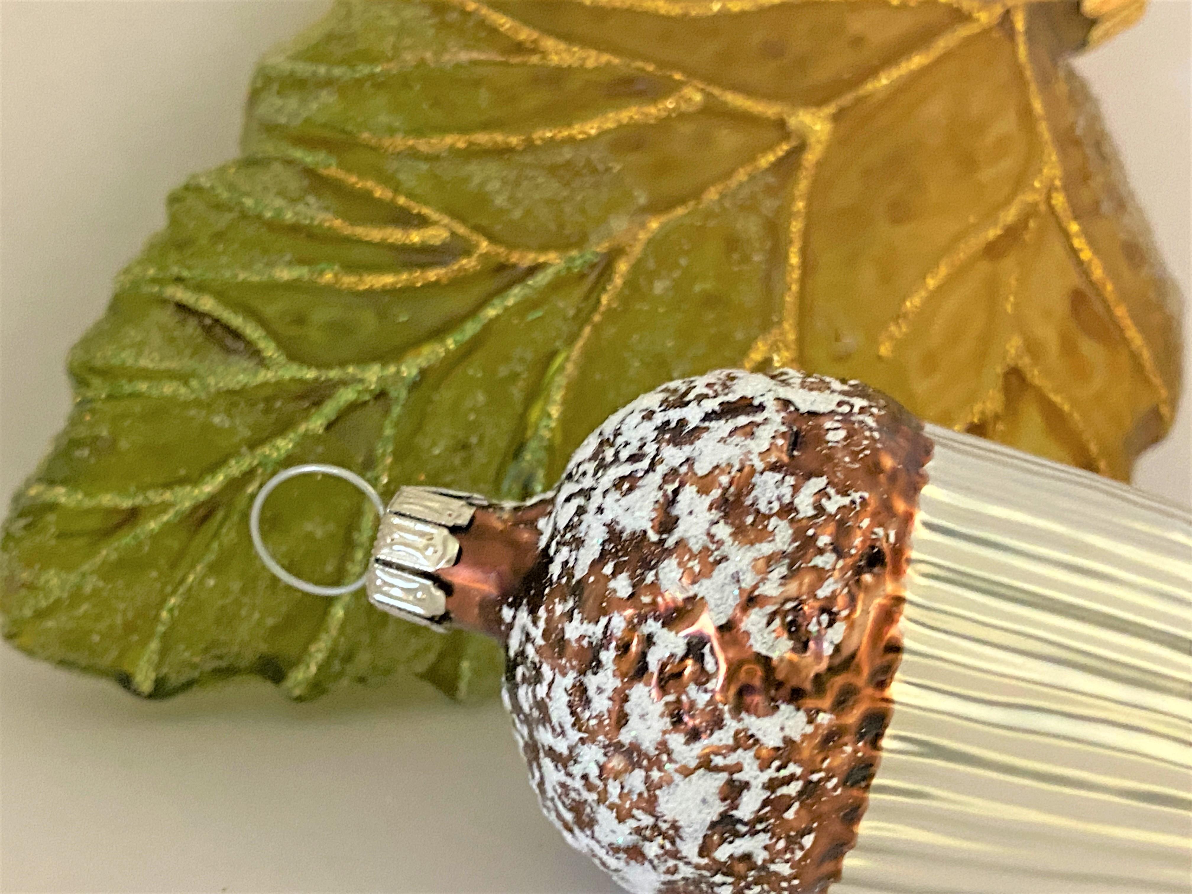 Zapfen und Blätter