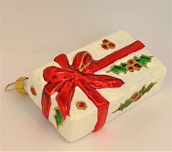 Geschenkpäckli mit Ilex und rotem Band