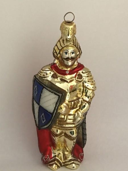Ritter in goldener Rüstung mit rotem Cape