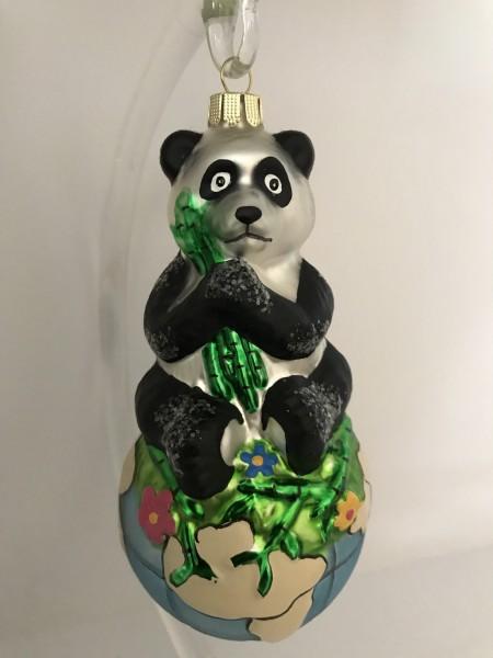 Panda-Bär sitzt auf Weltkugel