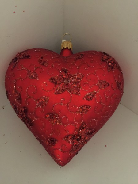 Herz rot matt, feines Blumendekor