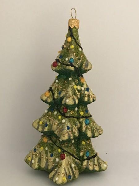 Tief verschneiter Christbaum mit bunten Lichtern