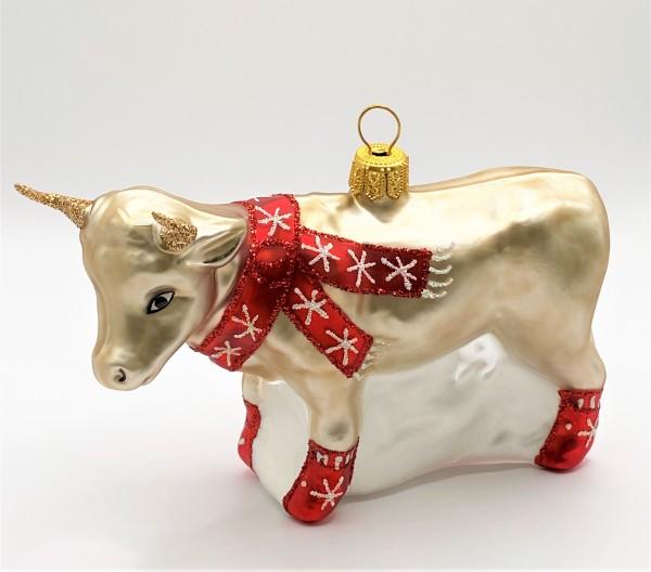 Kuh mit rotem Schal und Socken