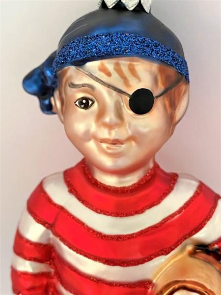 Kleiner Piraten Junge mit Augenklappe