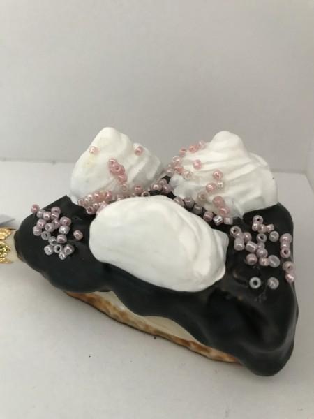 Stück Schokoladentorte mit rosa Streusseln