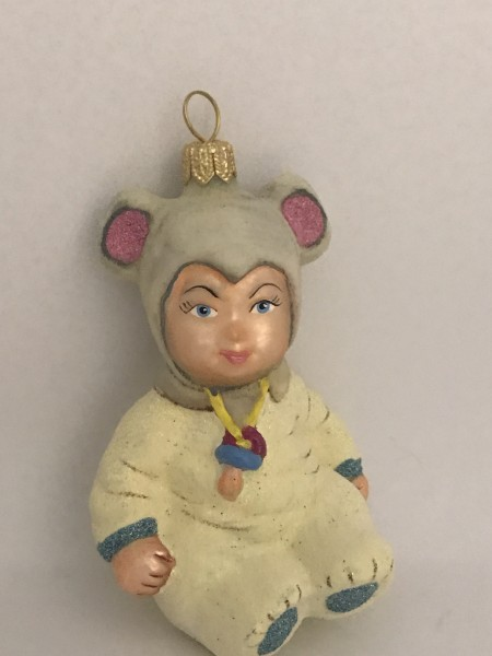 Kind im Mäusekostüm
